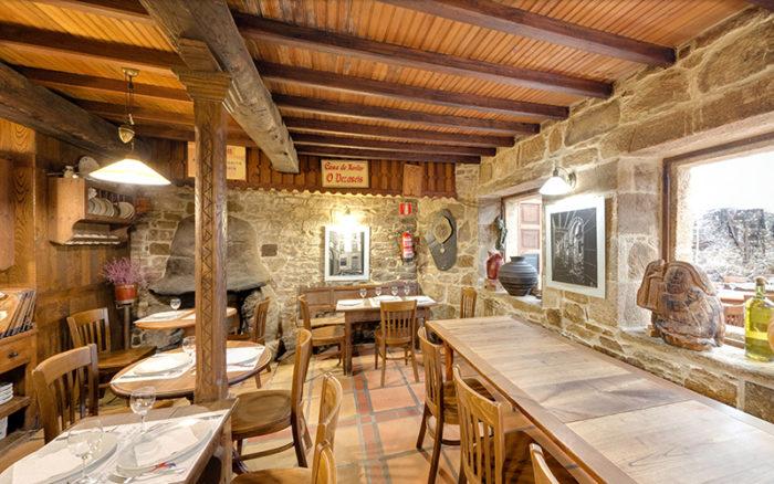 Interior restaurante Casa de xantar o Dezaseis. Santiago de Compostela. Acceso Street View