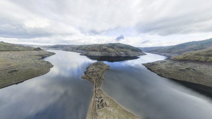 Foto aérea con drone de Castro Candaz, río Miño-encoro de Belesar. Acceso visita virtual