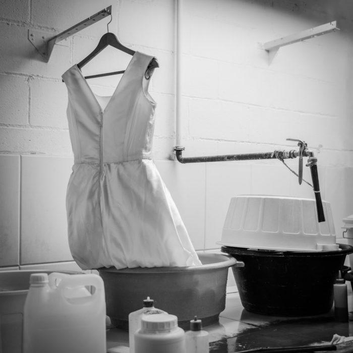 Traje de novia en proceso de limpieza. Tintorería moderna