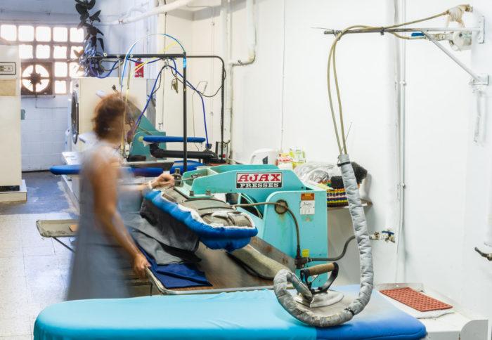 Sala de planchado tintorería moderna
