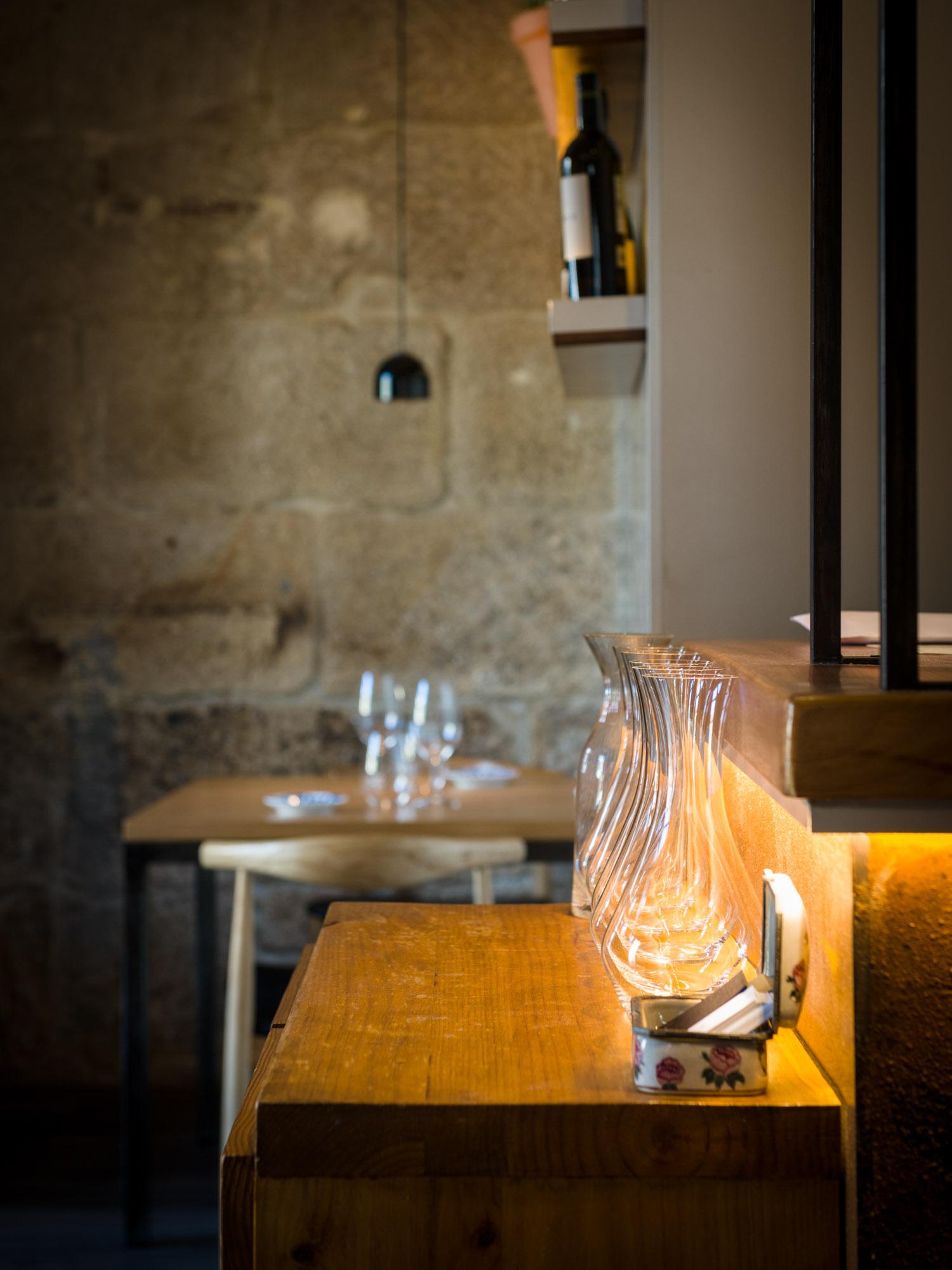 Detalle interior do restaurante de Iñaki Bretal O Eirado da Leña en Pontevedra