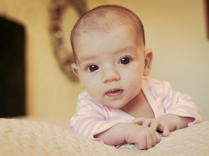 Retrato de bebé en domicilio particular-sesión de recién nacido