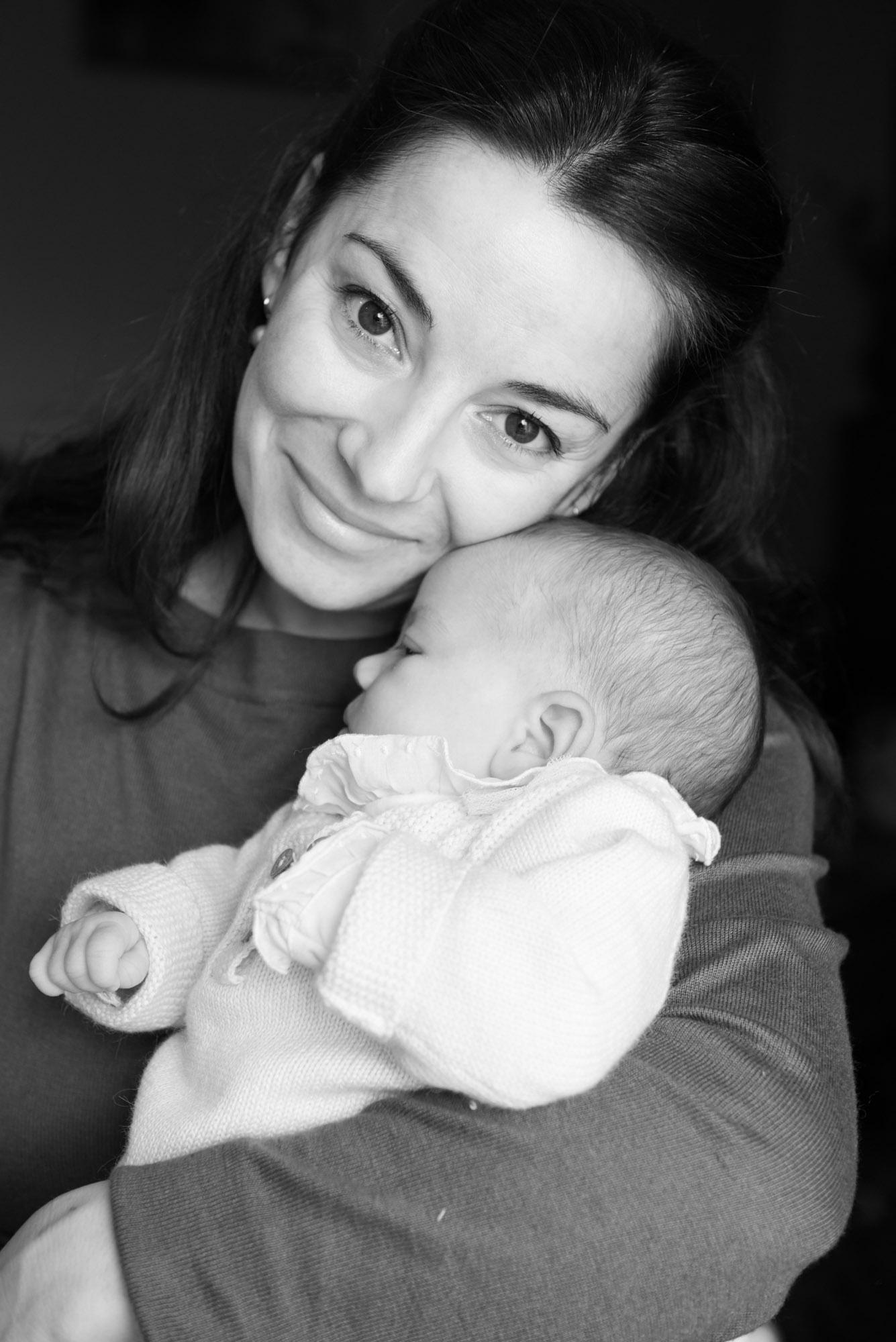 Sesión bebé familiar en domicilio particular-Retrato de mamá con bebé en brazos-asestelo