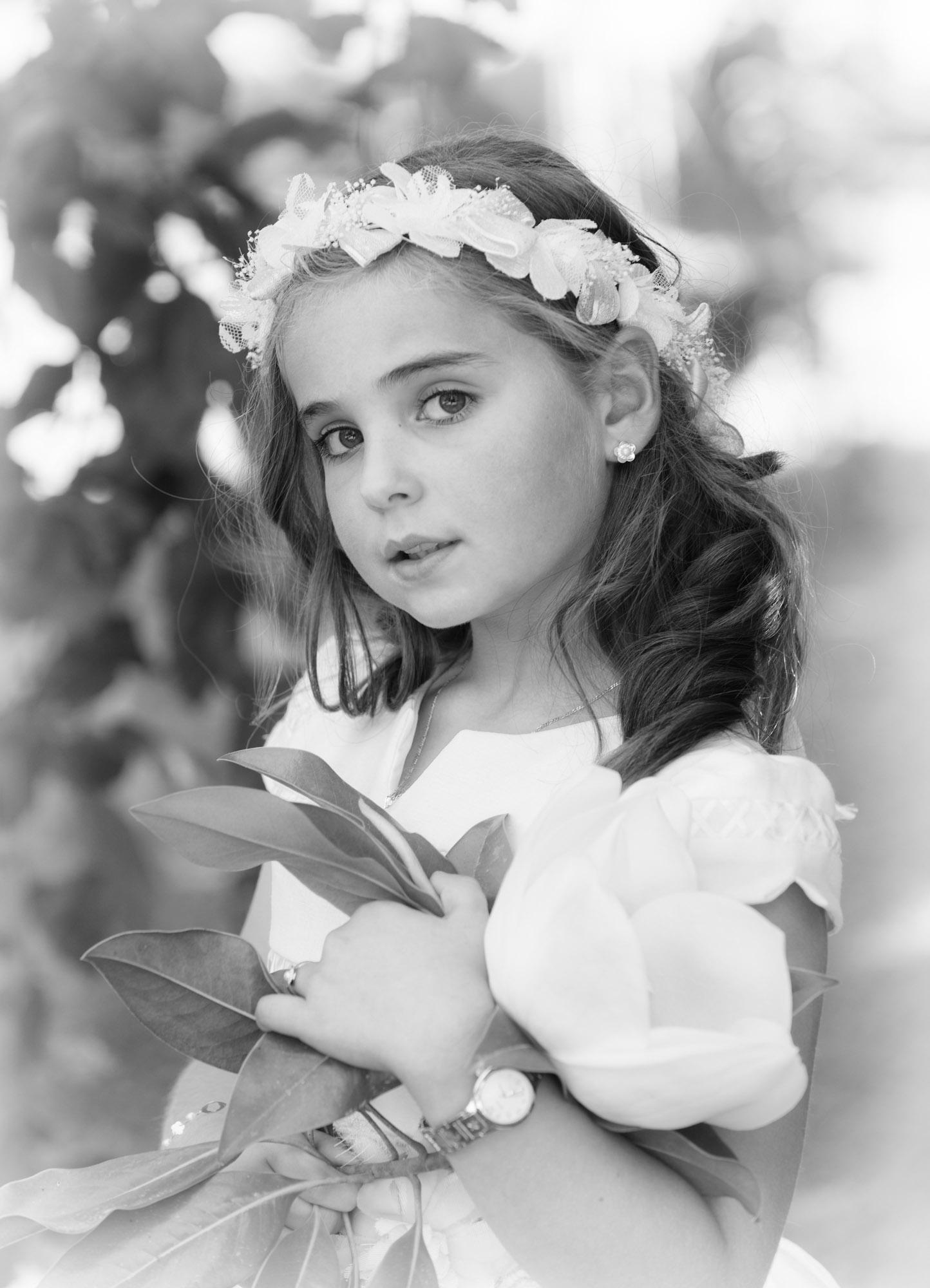 Retrato en branco e negro dunha nena o día da súa comunión no Pazo de Andeade