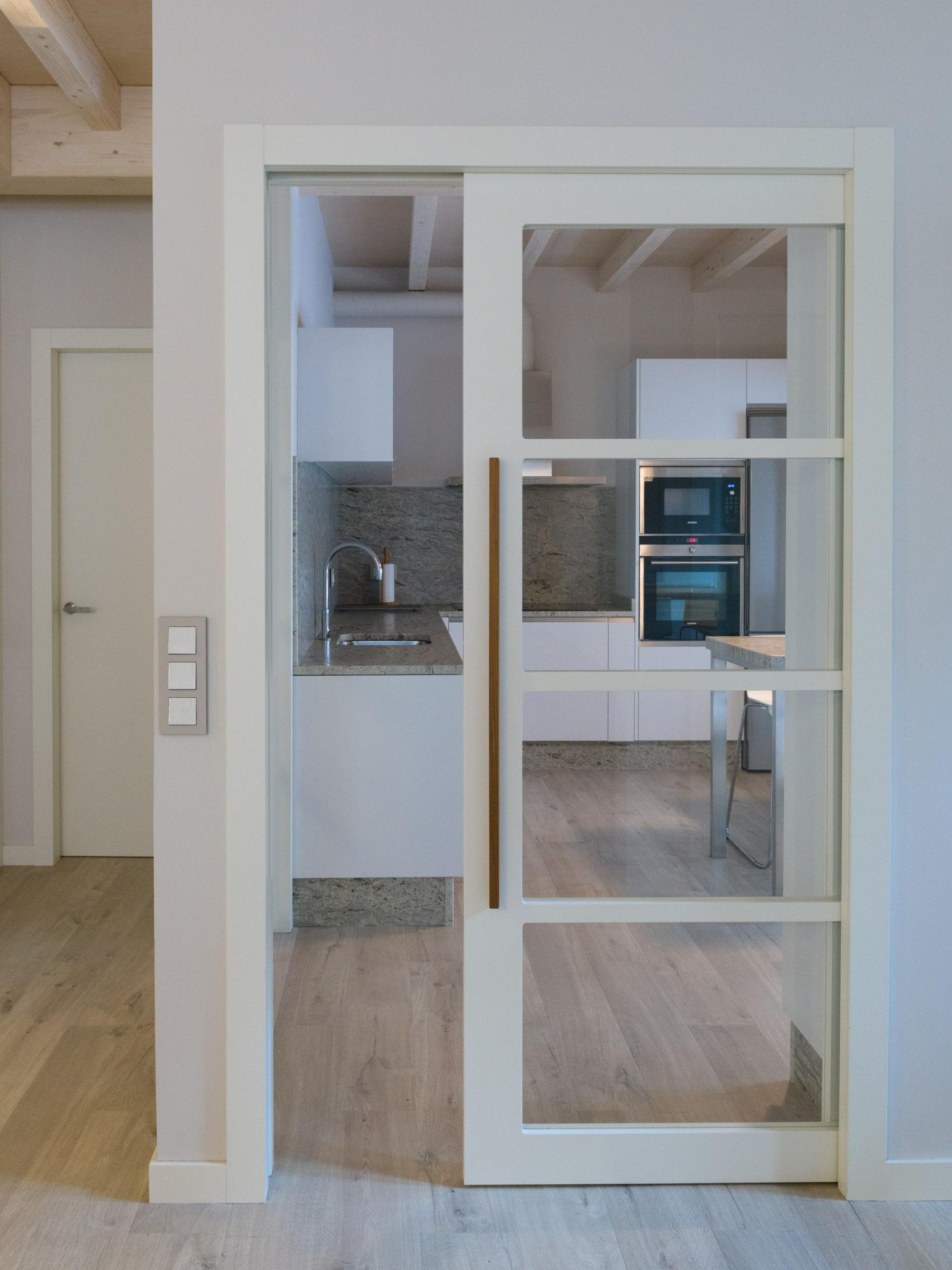 Fotografía da porta de acceso a unha cociña-Carpintería Marquez y Vilela