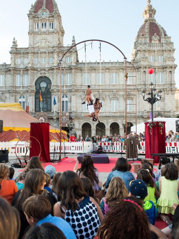 Espectáculo circense na praza de María Pinta, A Coruña