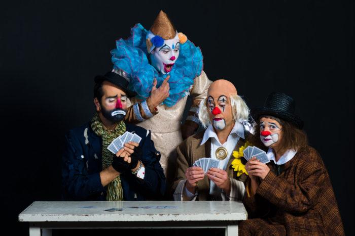 Fotografía de paiasos xogando as cartas. Compañía de teatro Pista Catro