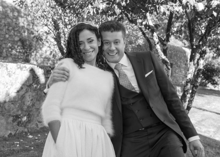 Retrato en branco e negro dunha parella de noivos durante a sesión de fotos no Pazo de Adrán