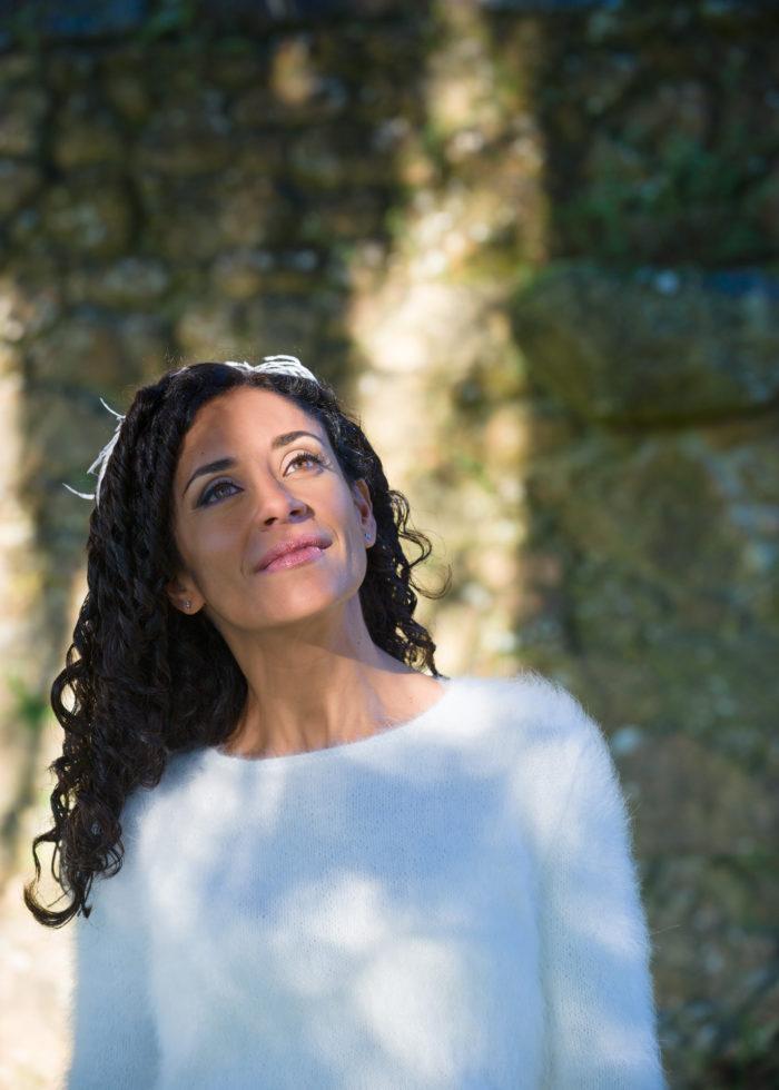 Reportaxe de voda-Retrato de noiva durante a sesión de fotos no Pazo de Adrán-Teo