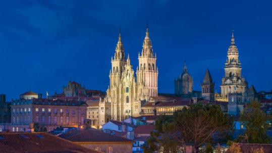 Vista nocturna de la Catedral de Santiago de Compostela desde la Alameda